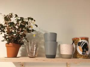 Fin keramik udgør pynt og understreger farvevalget