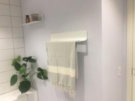 Håndklædeholder og hylde