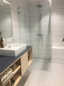 Gul lejligheds badeværelse