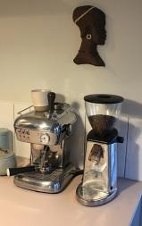 Kaffemaskine og cirkel dame